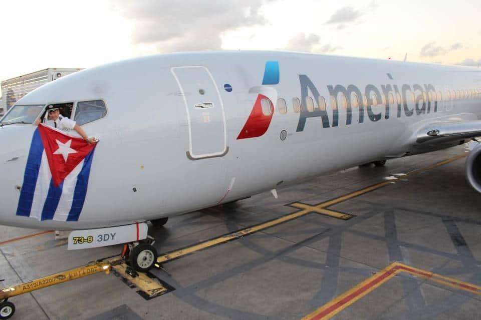 Kevin Mase, un jefe de pilotos de American Airlines con una bandera cubana desde un AA Boeing 737
