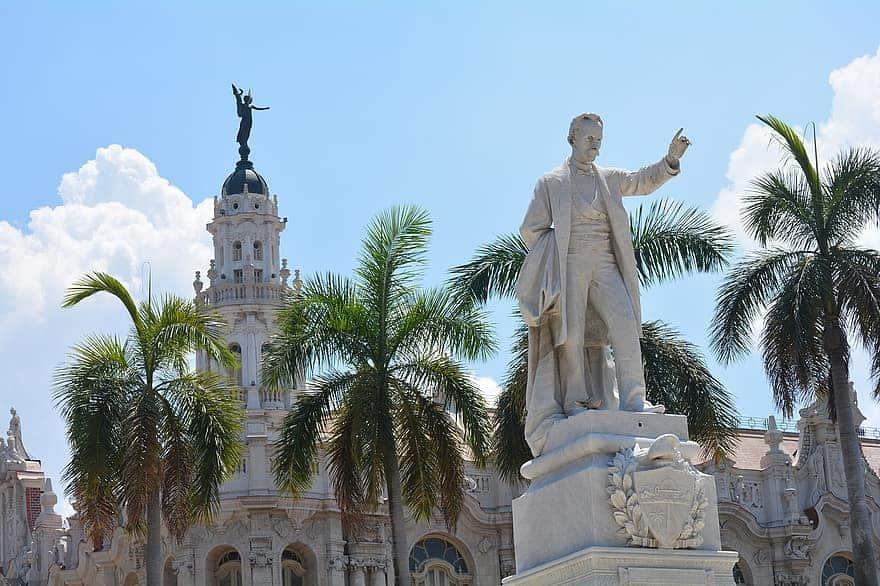 Estatua de José Marti en el Parque Central de La Habana