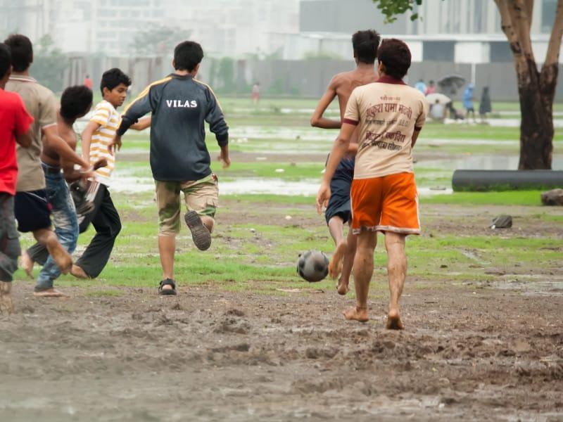 Jóvenes jugando fútbol