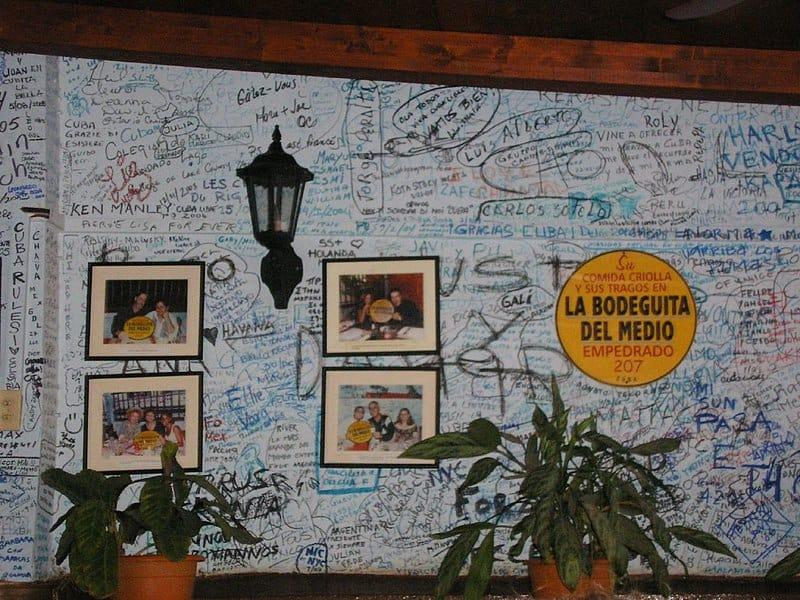 Las paredes de la Bodeguita del Medio están llenas de las firmas de sus visitantes