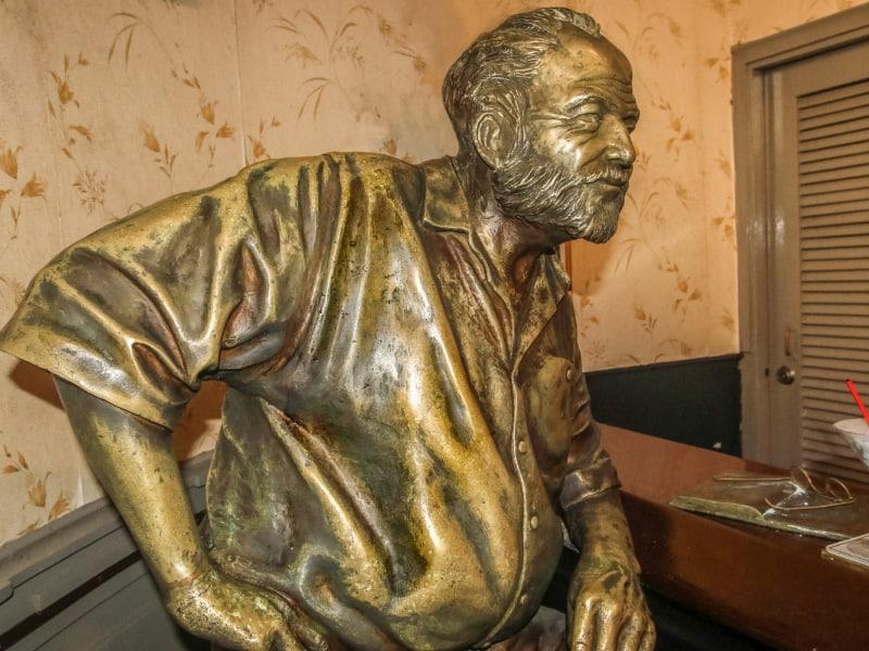 Escultura de Hemingway en el Floridita