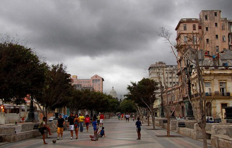 Caminar por el Paseo del Prado es una de las mejores cosas que puedes hacer si viajas a Cuba.