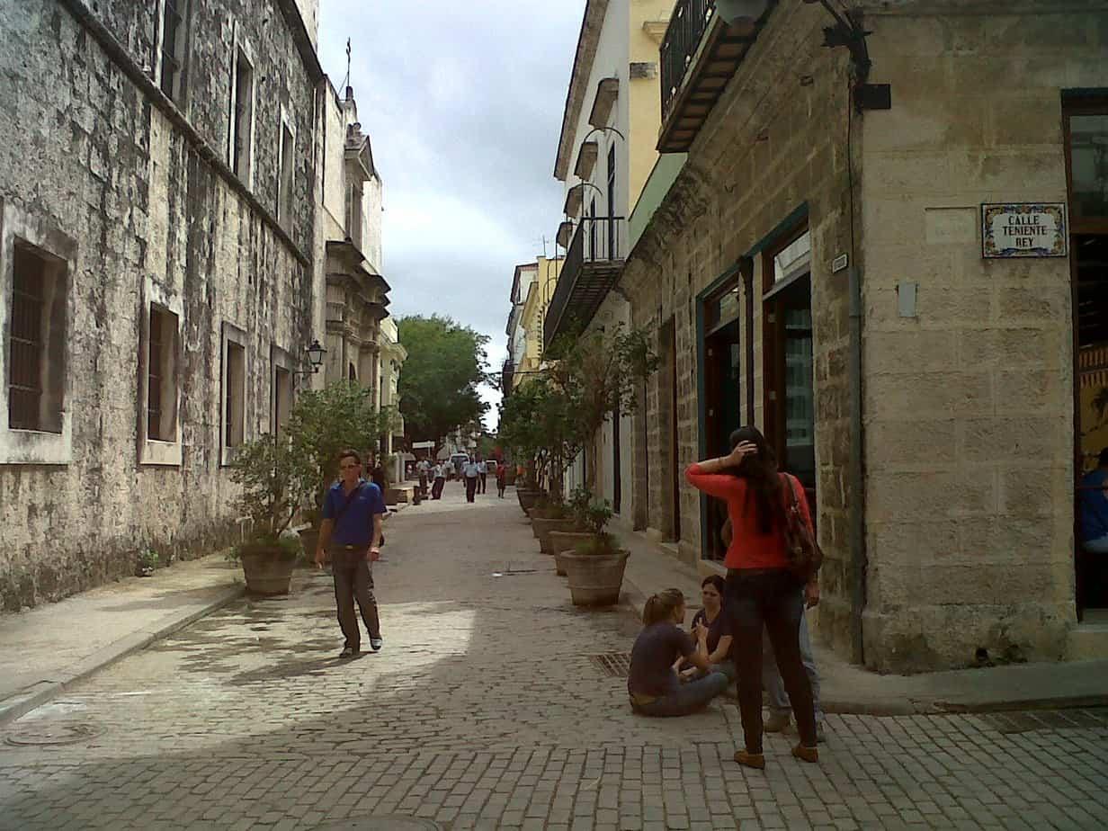 Vivir en un pasado lejano: El placer de caminar la calle Teniente Rey