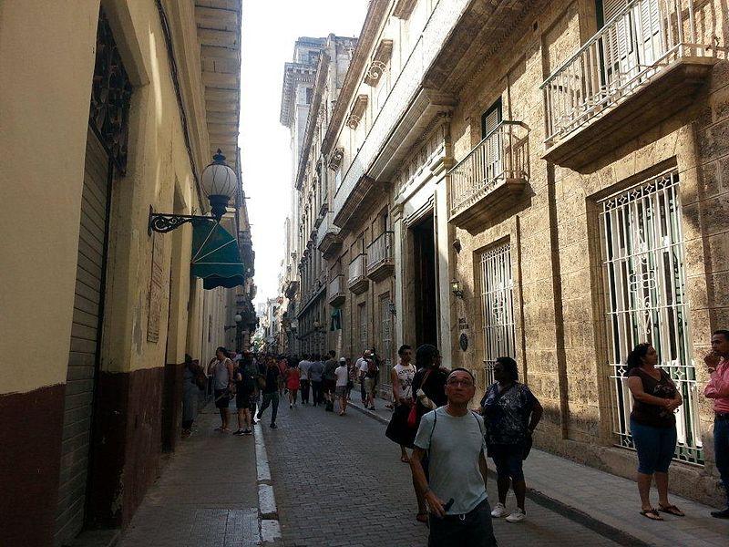 Calle Obispo, la más transitada de La Habana Vieja