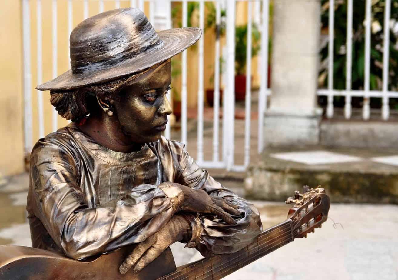 Estatuas vivientes se convierten en las estrellas de evento cubano de teatro callejero