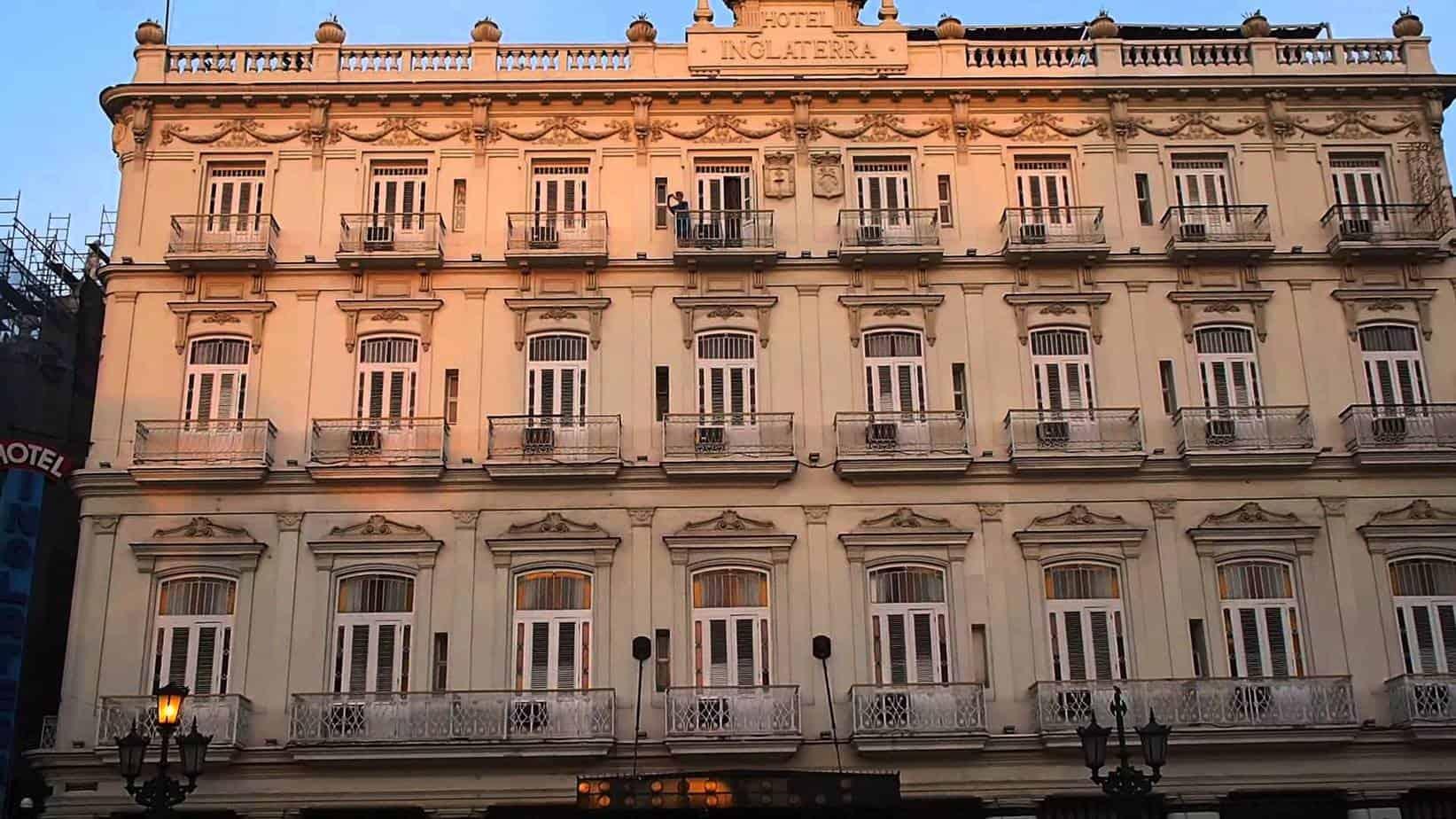 Cena y arte en Cuba en un hotel de la Habana…
