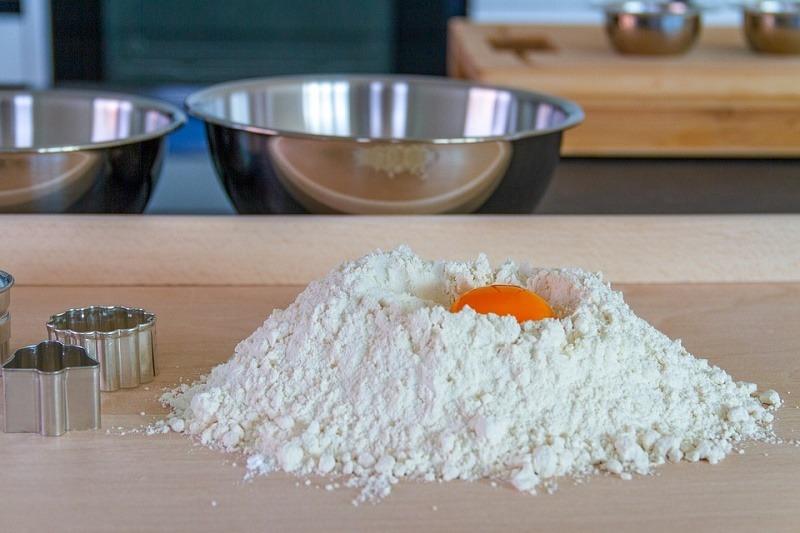 Se prepara una masa muerta mezclando todos los ingredientes