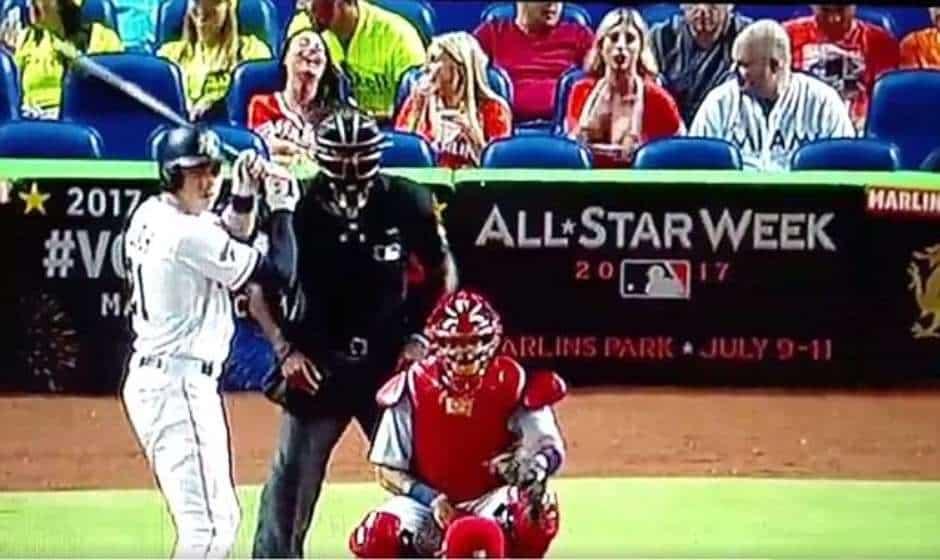 Ínsólito: fanática de los Marlins enseña sus atributos al pitcher contrario para desviar su atención del juego