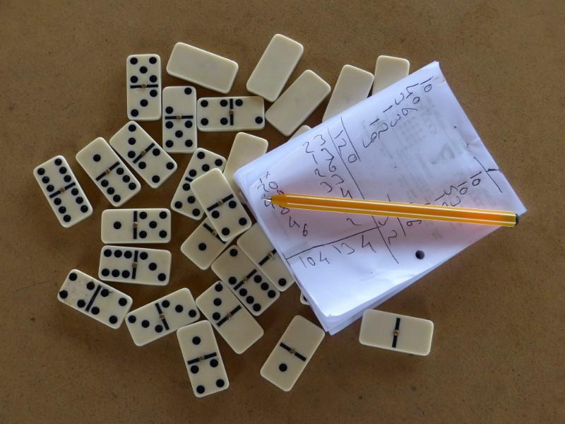 Los cubanos aman el dominó, lo juegan hasta en la calle.