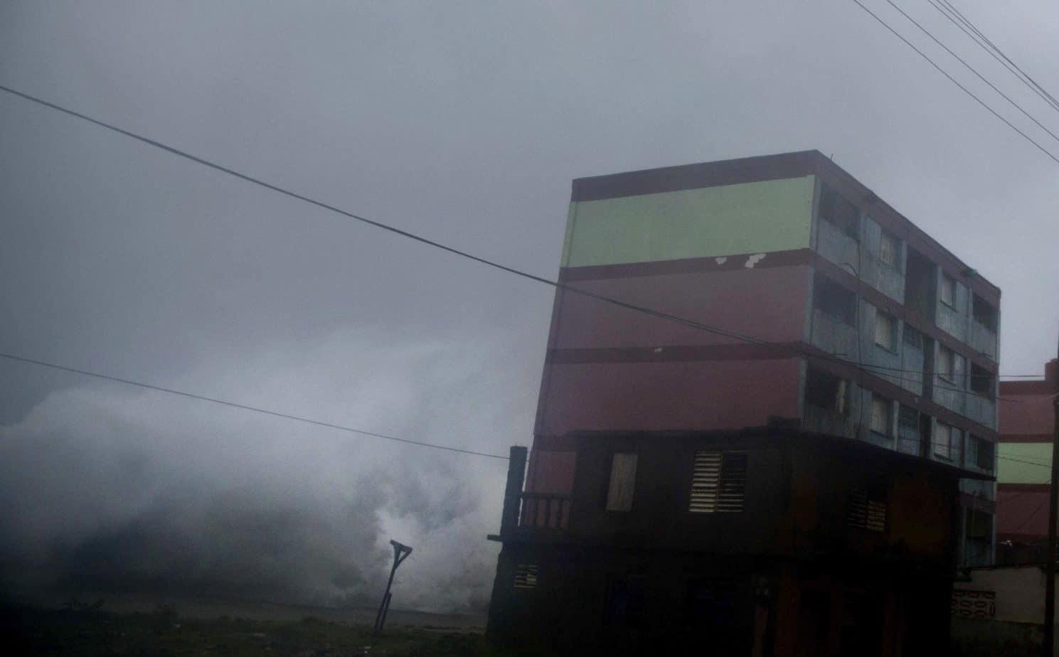 Las olas sobrepasan el malecón de Baracoa