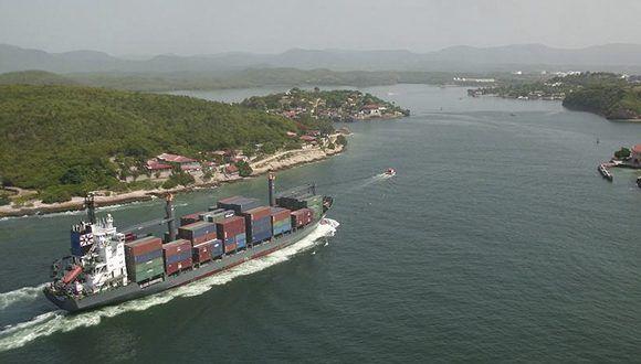 Barco entrando en la Bahía de Santiago de Cuba