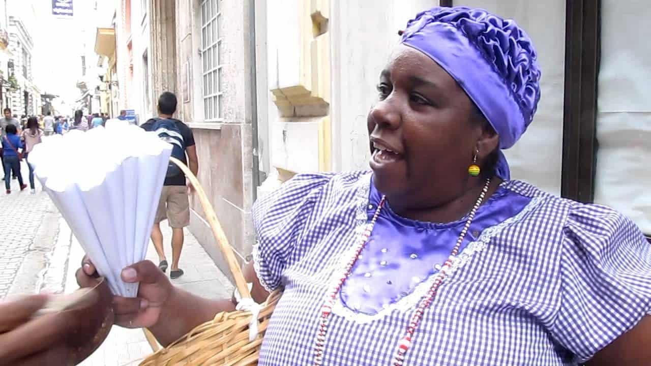 Vendedora de maní Lizet regalando sabor cubano mientras que pregona melódicos sueños