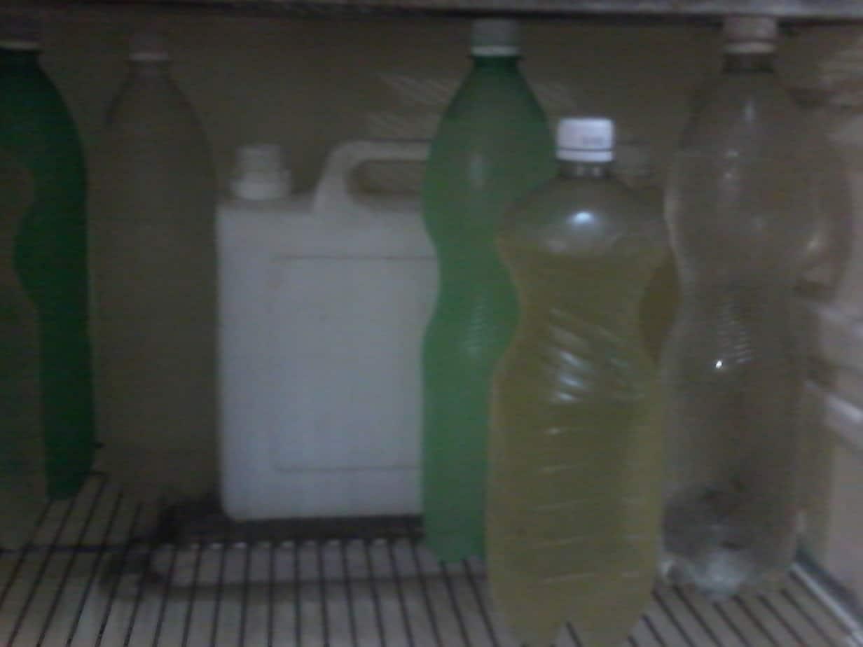 """Los pomos plásticos o """"pepinos"""", inseparables amigos de los cubanos"""