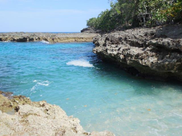 Las tranquilas aguas de playa blanca en Baracoa