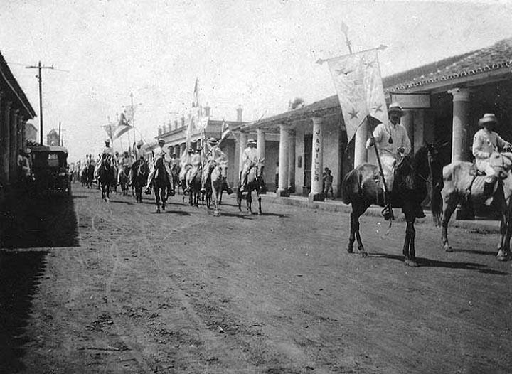 Los pineros desfilan por la calle José Martí durante la República