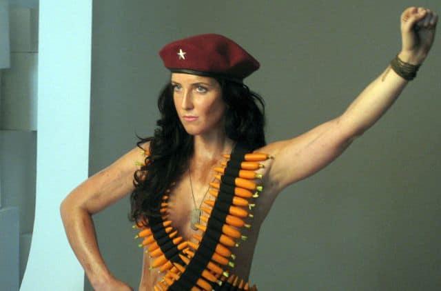 Lydia Guevara, la sexy nieta del Che que posó semidesnuda cambiando las balas por zanahorias