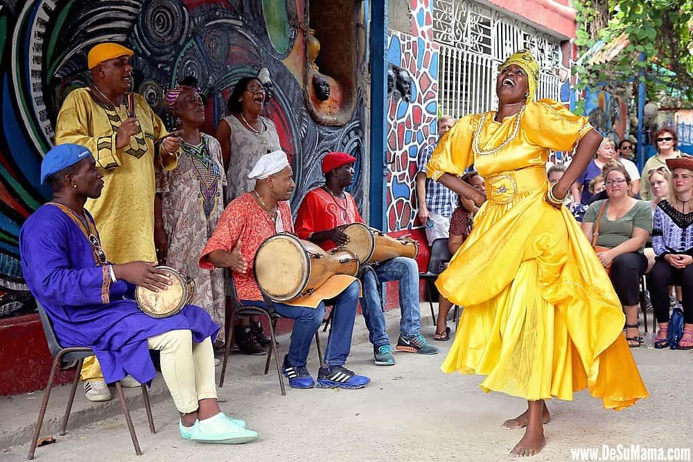 Los colores de la religión afrocubana que también atraen a los turistas a Cuba