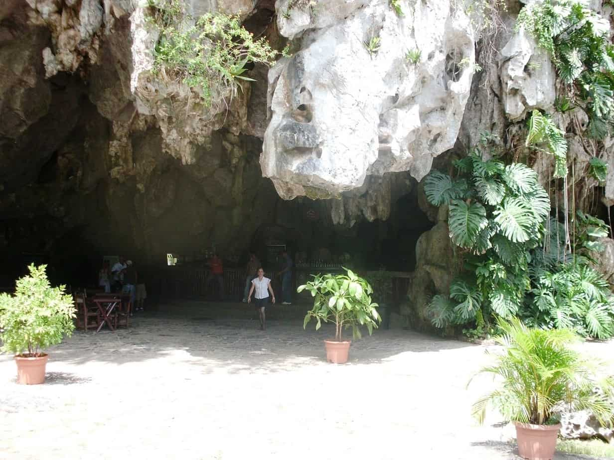 Palenque de los Cimarrones de Viñales, un peculiar restaurante dentro de una cueva donde disfrutar de comida criolla entre la huella de los esclavos rebeldes