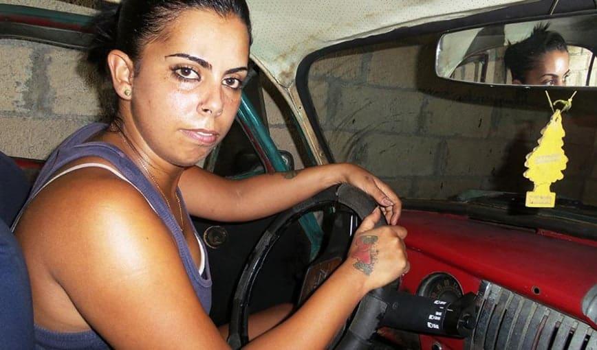 """Yanet Álvarez, la taxista cubana ha sabido imponerse en ese mundo """"de hombres"""""""