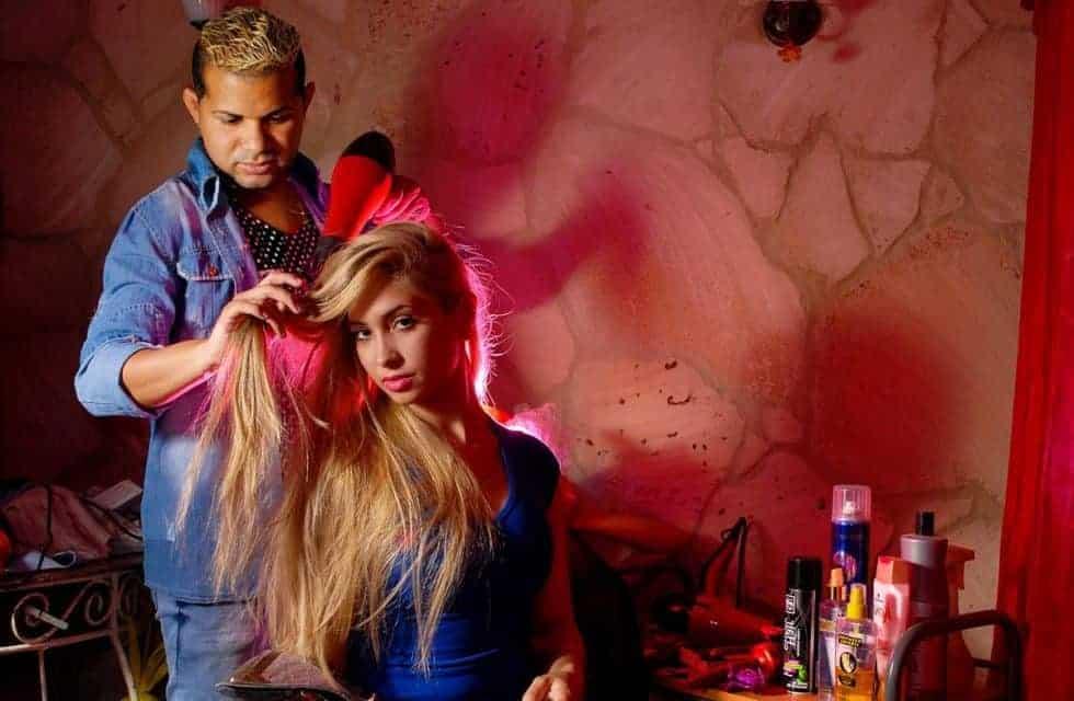 La historia de Mónica, el travesti cubano que salió de la prostitución gracias a la peluquería