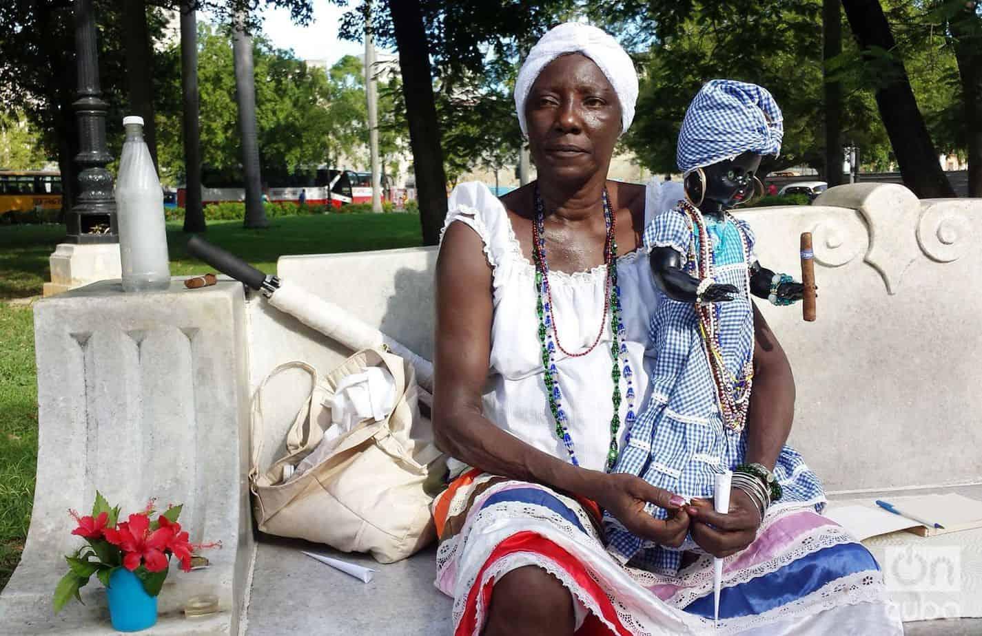Olga, la cartomántica del Parque de la Fraternidad que sólo es feliz cuando ayuda a la gente