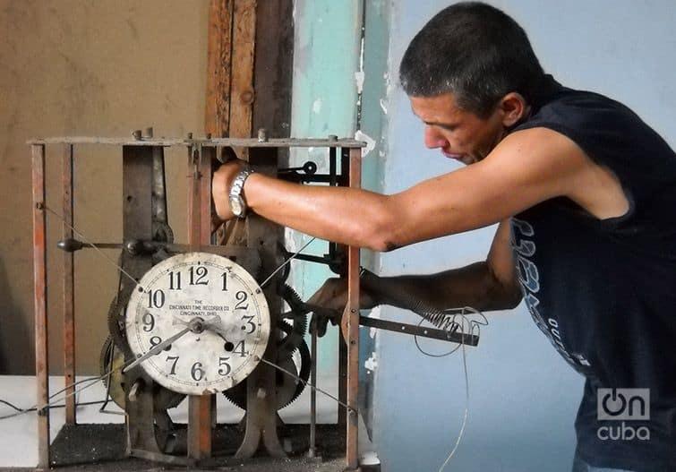 Julio César, el cubano que arregla los relojes gigantes