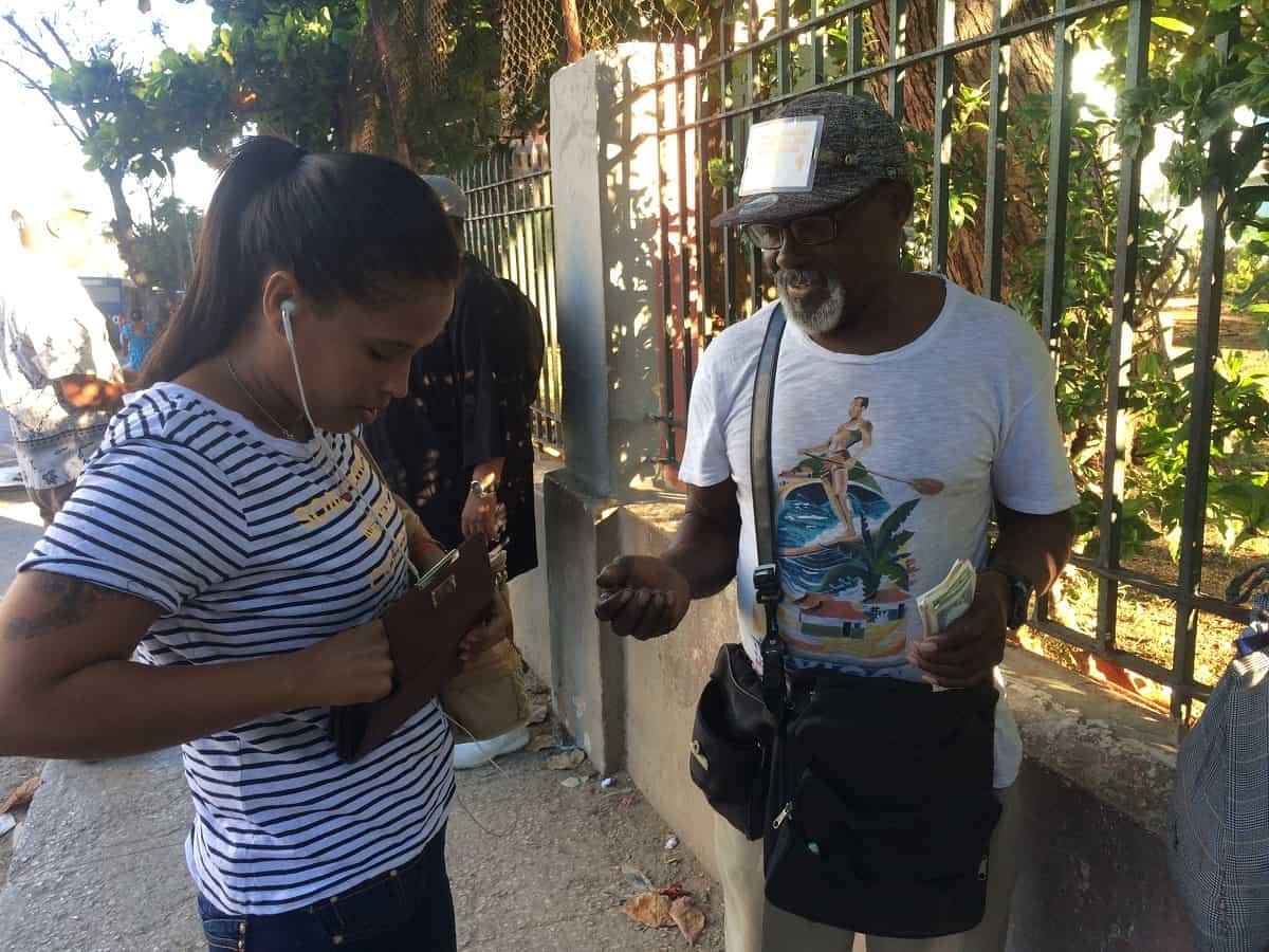 'Facilitador de pesetas', el curioso oficio al que acuden cada vez más ancianos cubanos en las paradas de guaguas para complementar sus ingresos (+ Video)