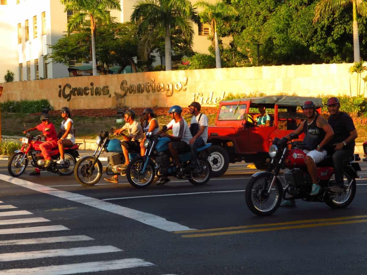 Santiago de Cuba, la única ciudad de la isla donde los taxis tienen dos ruedas
