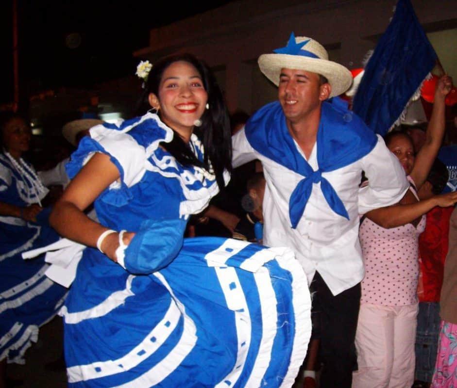 Tradidiones cubanas Fiesta de los Bandos Rojo y Azul