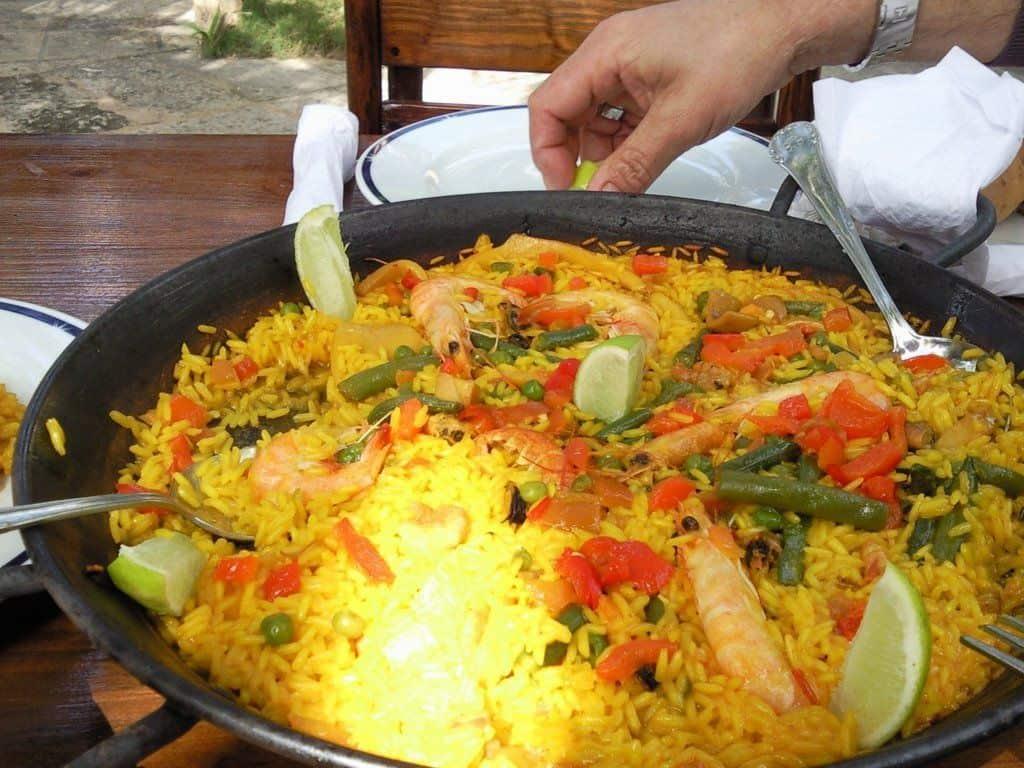 Paella cubana, nuestra singular receta de uno de los platos españoles más conocidos en el mundo (+ Receta)