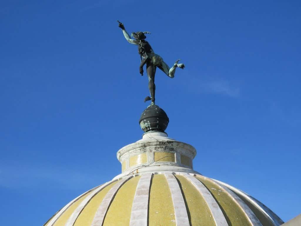 ¿Sabías que la famosa estatua del dios Mercurio que está sobre el emblemático edificio de la Lonja del Comercio en La Habana Vieja vuela?