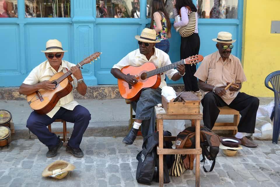 Ocho boleros que no pueden faltar en una descarga romántica en Cuba (+ Videos)