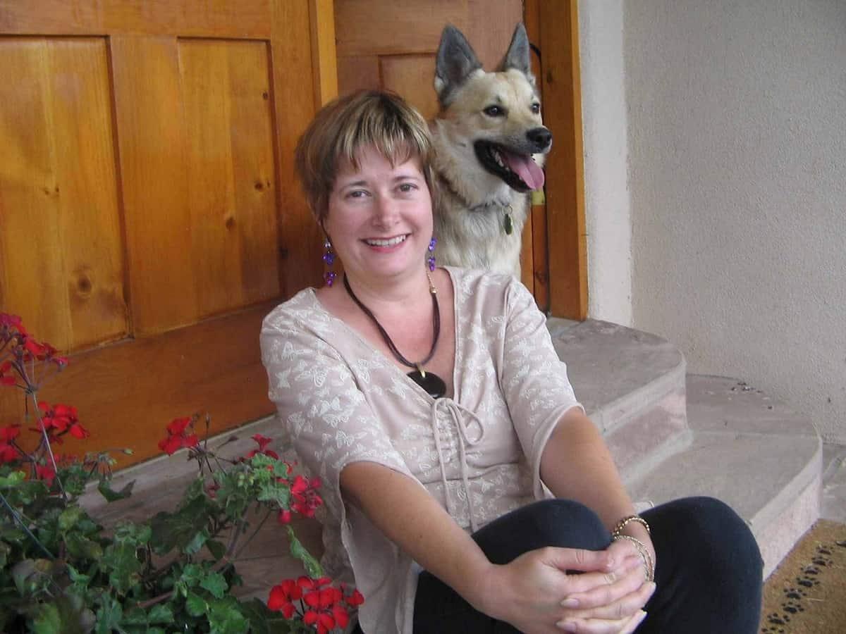 """Teresa Dovalpage, una escritora cubana que se """"gana los frijoles"""" escribiendo novelas policíacas en ingles"""