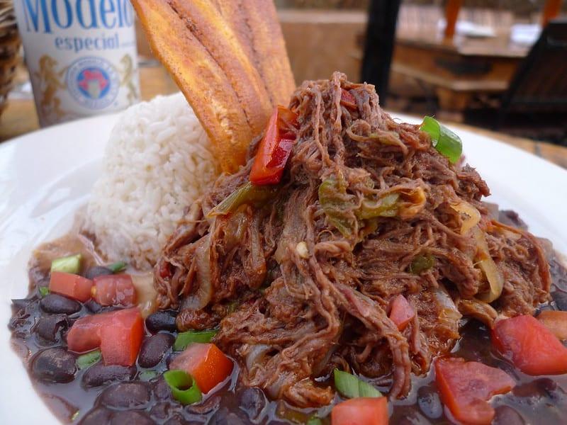 Ropa vieja al estilo cubano, una receta ícono de la isla