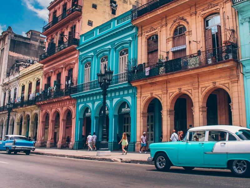 Autos antiguos irreconocibles hoy, el medio usual de transporte en Cuba