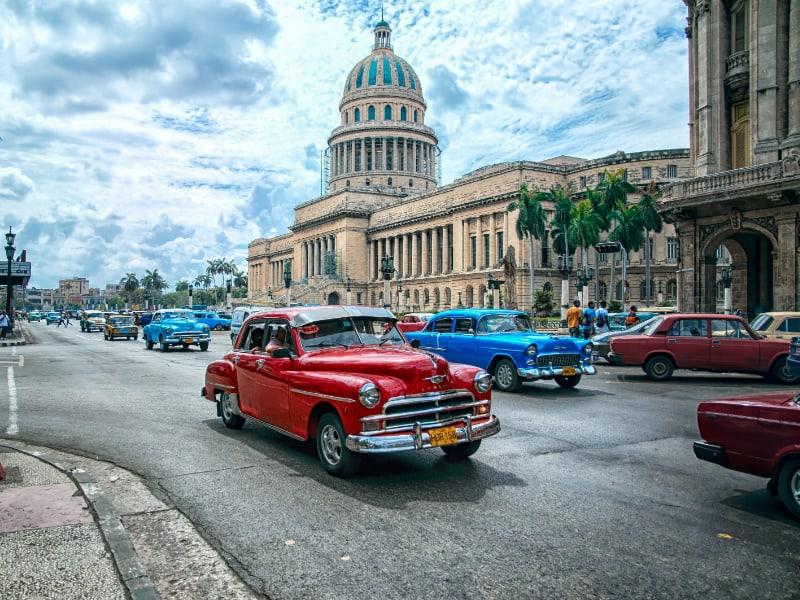 Los autos antiguos se exhiben como estrepitosos medios de transporte en Cuba