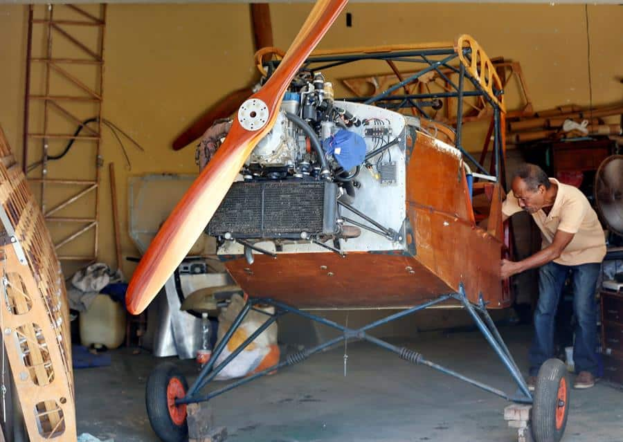 Ingeniero cubano construye un avión en su garaje