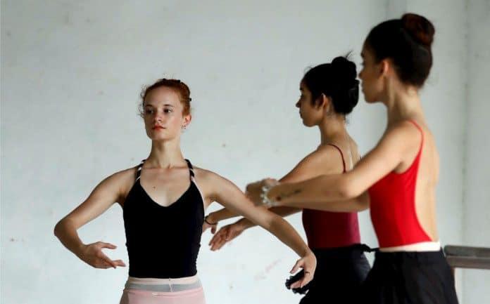 Bailarinas de EE.UU. y de Cuba durante un ensayo de Romeo Y Julieta
