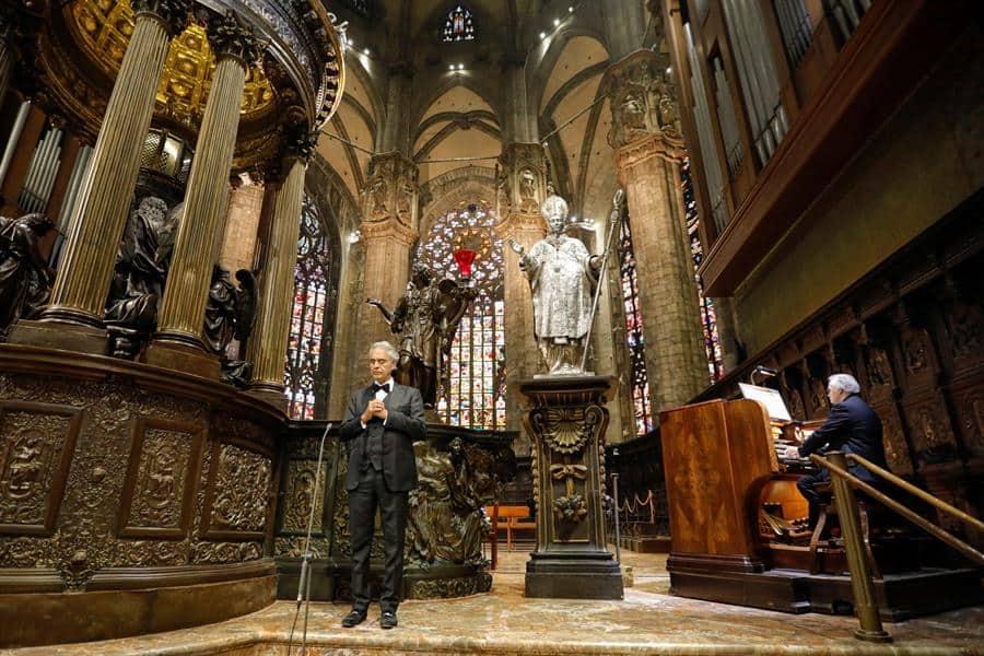 Bocelli llena la Catedral de Milán de música para la esperanza