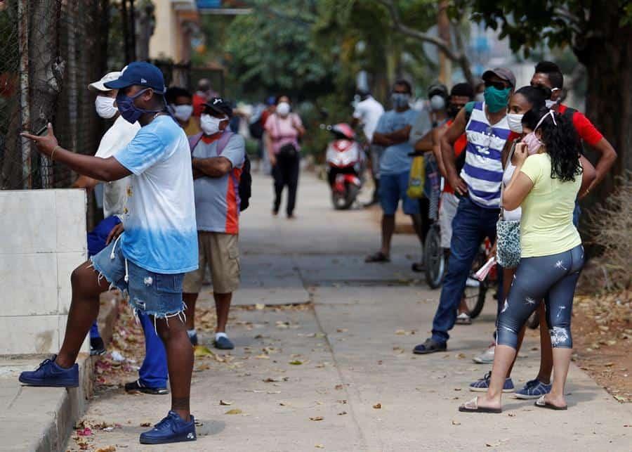 Distanciamiento social en Cuba: quedarse en casa o hacer la cola del pollo