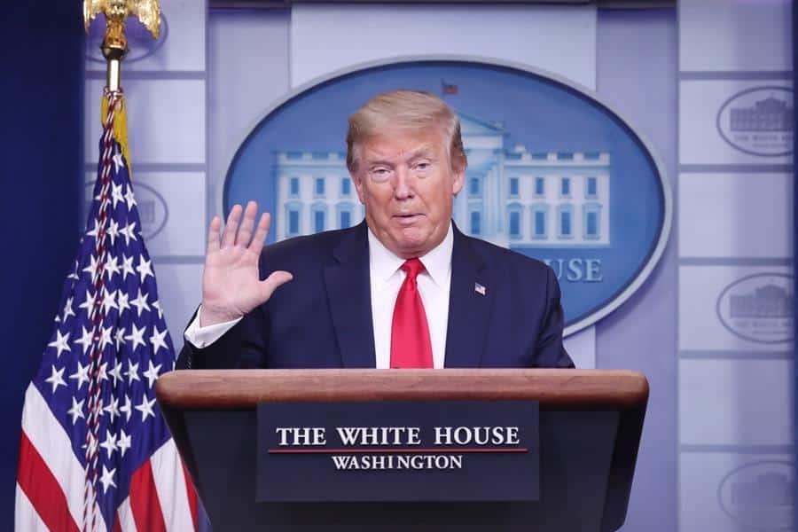 Trump firma una suspensión parcial de la inmigración a EE.UU.