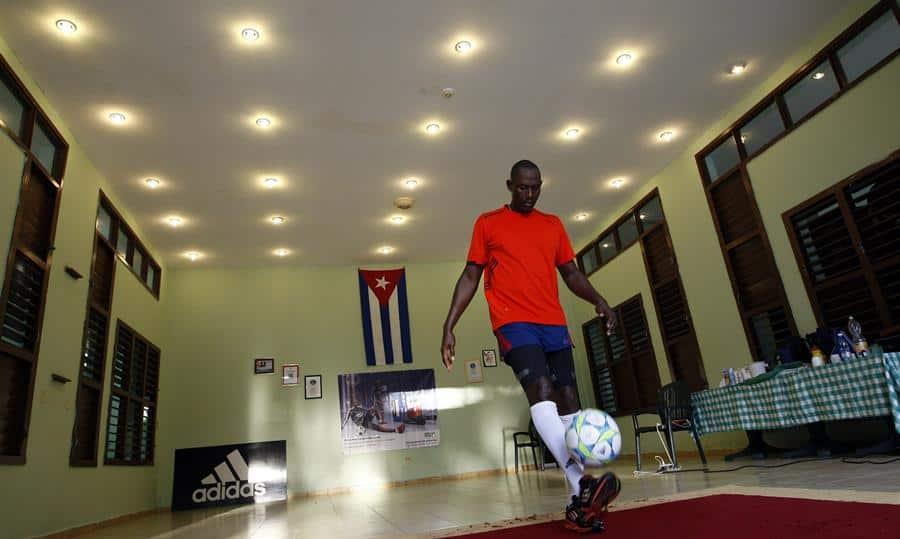 El cubano Erick Hernández prepara nueva marca de dominio del balón