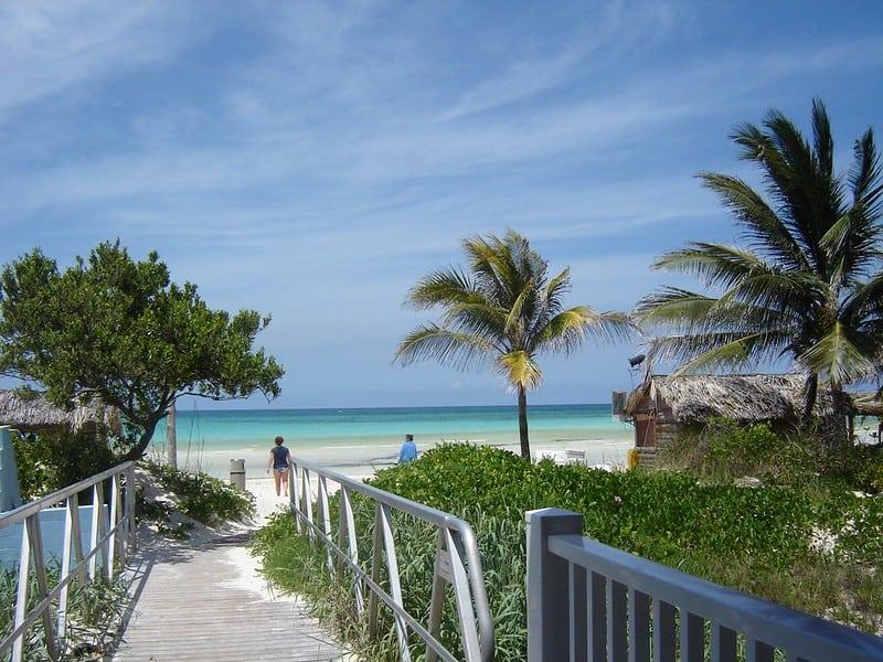 Cuba recibe los pimeros turistas desde la reapertura