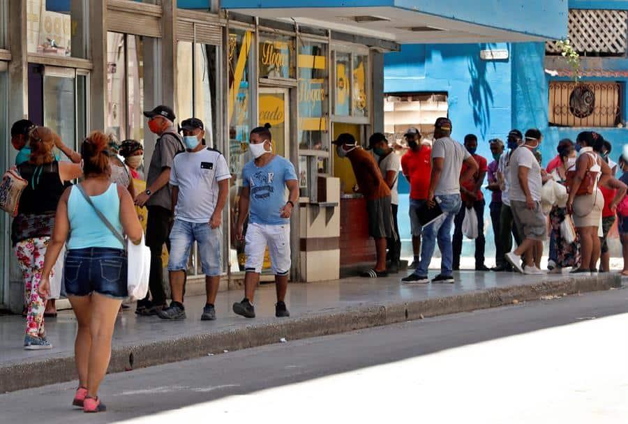 Fila para comprar en una cafetería en La Habana