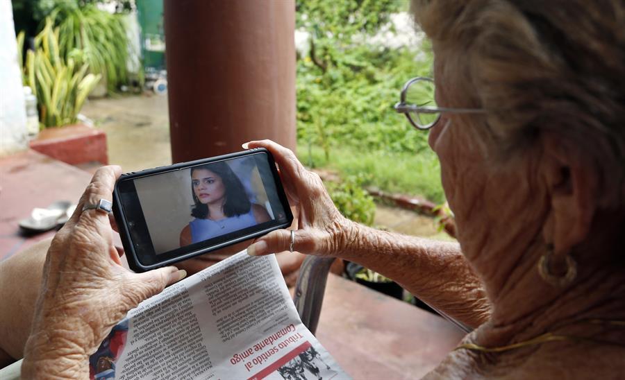 Una mujer observa la telenovela El rostro de los días