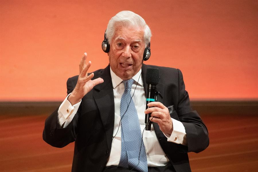 """Vargas Llosa : """"La literatura crea ciudadanos mucho más difíciles de manipular"""""""