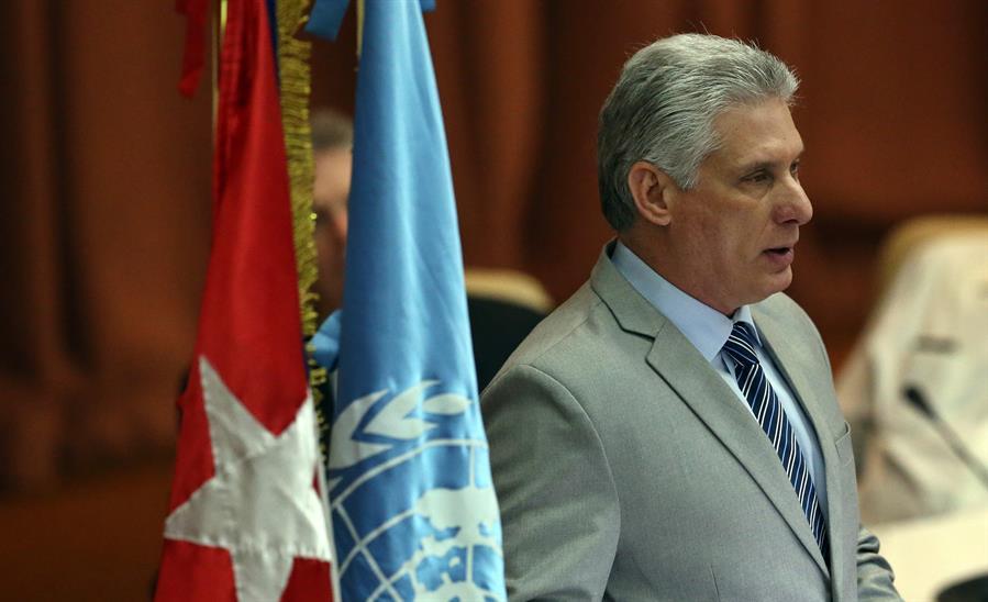 """La Habana, 21 oct (EFE).- Apostar por la cooperación, la solidaridad y el multilateralismo es el mensaje de Cuba a los países de Latinoamérica y el Caribe al concluir su presidencia temporal de la Cepal, un periodo de dos años que finaliza en medio de una pandemia de consecuencias devastadoras para la economía regional. Cuba cierra su bienio al frente de la Comisión Económica para Latinoamérica y el Caribe (Cepal) con la impresión de que el trabajo fue """"fructífero"""", afirmó a Efe el director de Organismos Económicos Internacionales del Ministerio cubano del Comercio Exterior (Mincex), Carlos Fidel Martín. En este periodo se encararon """"grandes retos"""" centrados en que los países de la región avancen en la Agenda 2030 y los Objetivos de Desarrollo Sostenible (ODS) de Naciones Unidas, y también se trabajó en priorizar al Caribe y fortalecer la cooperación Sur-Sur, señaló Martín. El país caribeño pasará el relevo a Costa Rica a finales de mes dentro del 38 Periodo de Sesiones del organismo, el foro más importante de la Cepal, que por primera vez en la historia tendrá formato virtual por la crisis sanitaria. RESILIENCIA FRENTE A SANCIONES Precisamente en el contexto de la pandemia del coronavirus, que está golpeando las economías latinoamericanas, Cuba pidió a los países que conforman la Cepal """"resiliencia"""", a partir de su experiencia tras más de seis décadas sometida a un embargo financiero de Estados Unidos. """"El mensaje para nosotros siempre ha sido muy claro, la resiliencia nosotros llevamos sesenta años creándola"""", subrayó el responsable del Mincex. Martín recordó que el presidente cubano, Miguel Díaz-Canel, ha reiterado en foros multilaterales la necesidad de """"avanzar y fortalecer la cooperación, la solidaridad, la complementación y el multilateralismo"""". """"Si todos los países de la región cumplimos con estos principios y los hacemos de verdad efectivos, la pandemia, o en el caso de nosotros el bloqueo (embargo), todo eso pasará y nos haremos resilientes, y cumpliremos """