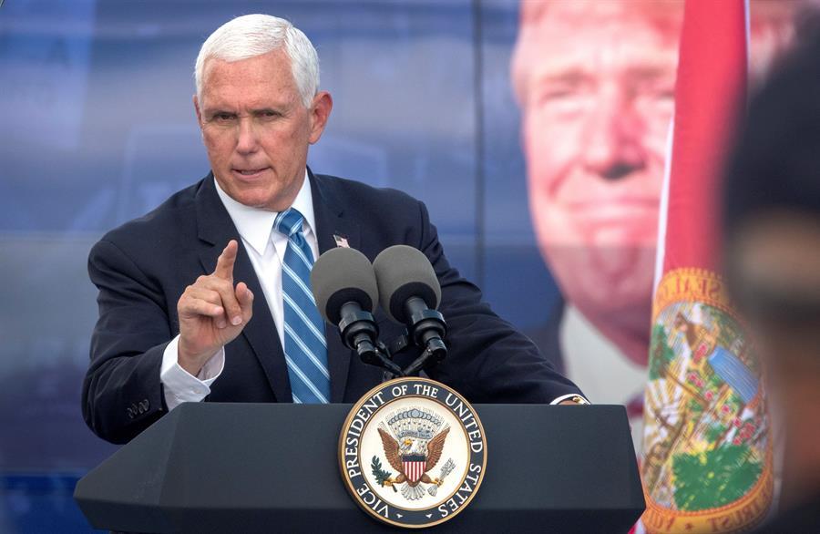 Mike Pence habla durante el evento Make America Great Again en el Cuban Memorial Monument
