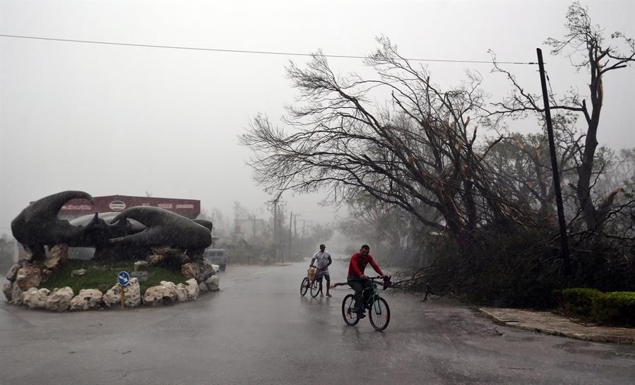 Eta deja atrás Cuba y enfila Florida, a donde llegará como huracán