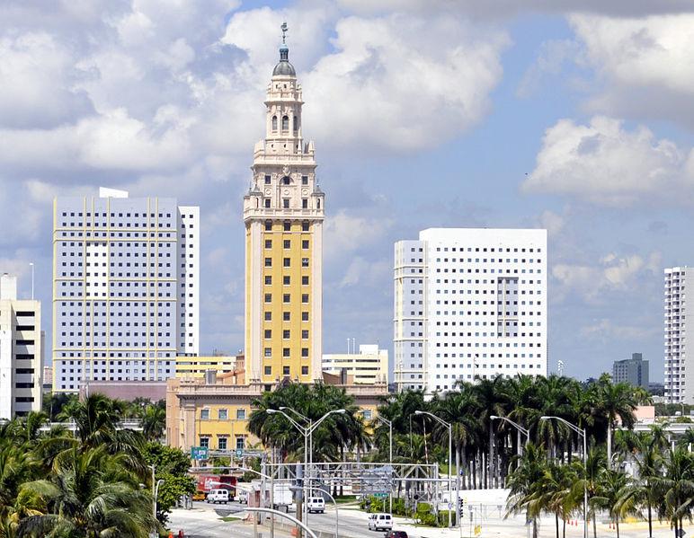 Exigen libertad de Denis Solís frente a Torre de la Libertad de Miami